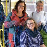 Die Freundinnen stehend: Gracia Lorencki und Monika Wiede und sitzend: Magdalena und Mutter Heike Mönig im Schulbus.