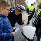 Kinder verschenkten Bilder an Autofahrer.