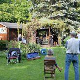 Schöne Wörter tummeln sich im Garten. Lauschen der Musik mit dem gebotenem Sicherheitsabstand.
