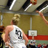 1. Basketball-Bundesliga-Damen: HTC - TV Saarlouis. Beim Wurf Emina Karic.