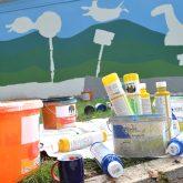 Die Künstlerin Cara Lila Bauer gestaltet die Gargenwände, die den Verkehrsübungsplatz an einer Seite begrenzen mit einem farbenfrohen Motiv.