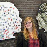 JKS-Schülerin Jenny vor ihrem Kunstwerk.