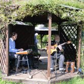 Schöne Wörter tummeln sich im Garten. Musik zur Ausstellung.