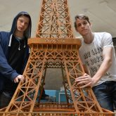 v.l. Dave und Florian mit ihrem Werk - Eiffelturm.