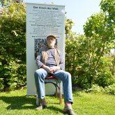 Schöne Wörter tummeln sich im Garten. im Bild: Der Künstler Jörg Lippmeyer vor einem Werk aus der Serie: Tüss Donald.
