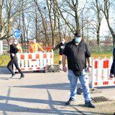 Das Testzentrum auf dem Cranger Kirmes Platz bekommt eine neue Verkehrsführung. im Bild:  Andre Schümann Straßenbaumeister der Stadt Herne und Klaus Möllmann, der Betreiber des Testzentrums und Chef von Hospitrans.