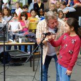 Volker Rosin mit einer kleinen Sängerin.