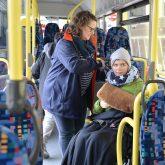 Magdalena und Heike Mönig im Schulbus.