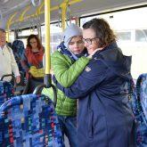 Magdalena Mönigs Herzenswunsch: Noch einmal mit dem Schulbus fahren - Magdalena und Heike Mönig.