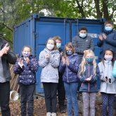Der verantwortliche Lehrer Fabian Fink mit Kindern der GS Pantringshof bei der Eröffnung des Bienenhauses.