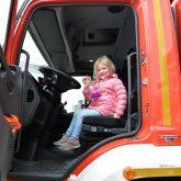 Fabienne (4) im Katastrophenschutz-Fahrzeug.