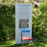 Schöne Wörter tummeln sich im Garten. im Bild eine Stuhl aus der Serie: Tüss Donald.