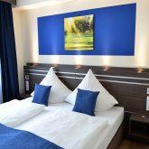Ein blaues Zimmer im neuen Parkhotel.