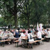 Ökumenische Picknick-Tafel im Horststadion.