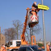 Das Testzentrum auf dem Cranger Kirmes Platz bekommt eine neue Verkehrsführung, dafür werden die alten Schilder abgenommen und neuer Schilder werden angebracht.
