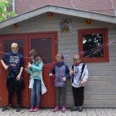 Schüler schneiden das Band zum Bienenhaus durch.