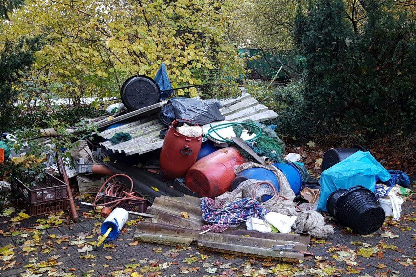 Wilde Müllkippe auf dem Parkplatz des Waldfriedhofs an der Recklinghauser Straße.