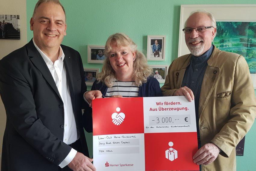v.l. Dirk Leutbecher (Stony Real Estate Capital und Lions Club Herne Emschertal), Anne Grunenberg (Hospizdienst), Joachim Grollmann (Lions Club Herne Emschertal).