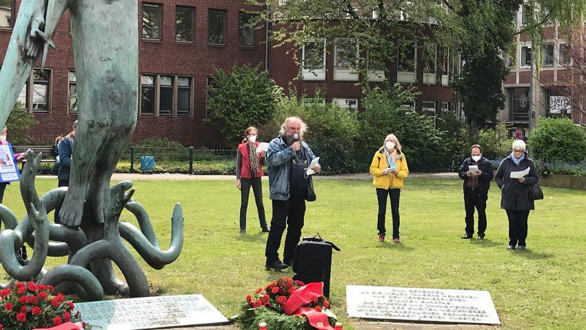 Aktivisten des DGB-Herne, der Herner Friedensintiative, des Bündnis Herne und der Linkspartei versammelten sich zur Erinnerung an das Weltkriegsende am 8. Mai 2021 am Mahnmal.