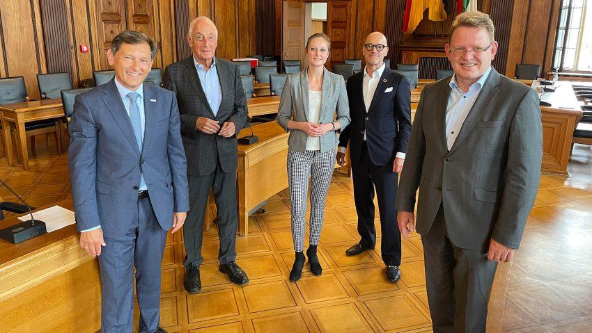 Die Deutsche Arbeitsschutz GmbH (DAS) zieht nach Herne: (v.li.) OB Dr. Frank Dudda, Beiratsvorsitzender Prof. Jürgen Gramke, Geschäftsführerin Michaela Eberle, Gesellschafter Karl Benno Nagy und Geschäftsführer Dr. Andreas Hollstein.