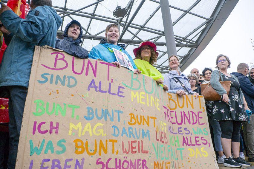 Protestversammlung gegen den Aufmarsch 'besorgter Bürger' am Bahnhofsvorplatz in Herne (NW), am Mittwoch (04.09.2019).Foto: Stefan Kuhn