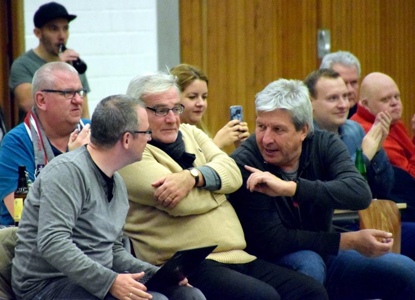 1. Basketball-Bundesliga-Damen: HTC - TV Saarlouis. Diskussion am Spielfeldrand mit (v.l.) Stefan Falk, Jochen Schübel und Christian Stiebling.