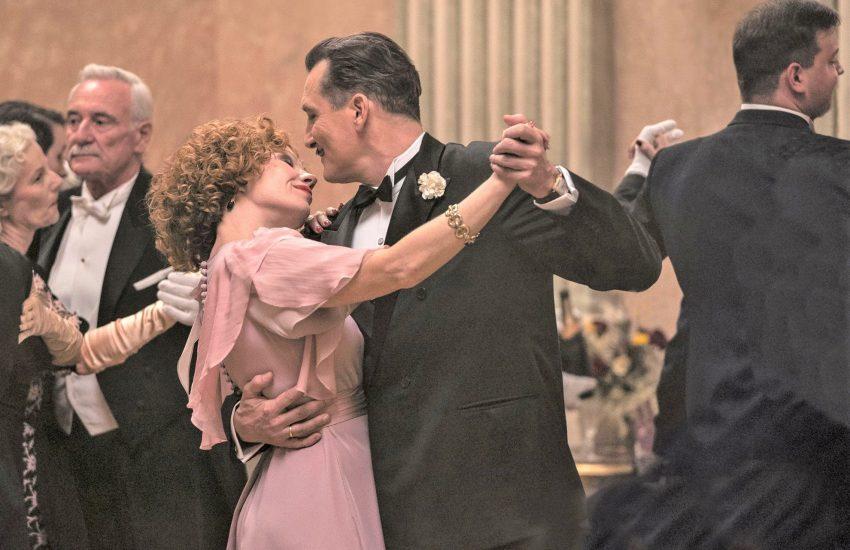 Bartok (Oliver Masucci) tanzt mit seiner Frau Anna (Birgit Minichmayr).