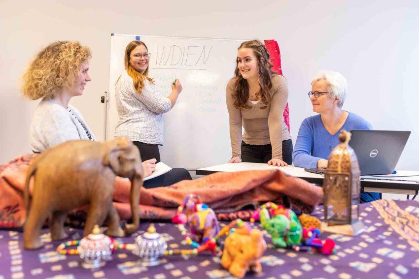v.r. Gemeinsam mit Sabine Dreßler, Leitung Pflegeschule der St. Elisabeth Gruppe, arbeiten die Auszubildenden Melina Schirra, Celina Linke und Anette Albeluhn an der Nachbereitung ihres Praxiseinsatzes in Indien.