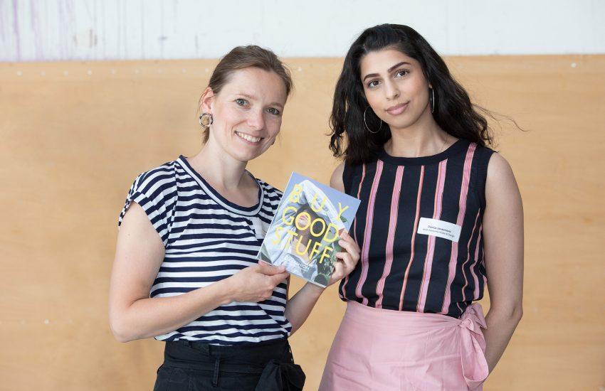 Nicola Henseler von Fairnica mit Danica Jovanovic (AMD) präsentieren den 'Buy Good Stuff'.