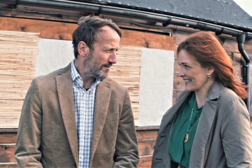 Szene aus der ersten Staffel: Richard (Wotan Wilke Möhring) und Merit (Laura Tonke) warten auf die Ankunft der Fähre.