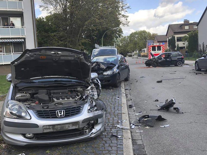 Verkehrsunfall mit drei schwerverletzten PersonenAm heutigen Mittag (02.10.2019) kam es zu einem Verkehrsunfall auf der Bladenhorster Straße in Herne. Vermutlich durch einen medizinischen Notfall während der Fahrt verlor der Fahrer eines Kleinwagens die Kontrolle über sein Fahrzeug und beschädigte drei geparkte Fahrzeuge massiv.Sowohl der Fahrer des Kleinwagens als auch die beiden Mitfahrerinnen wurden mit schweren Verletzungen mittels Rettungswagen in ein Herner Krankenhaus eingeliefert.Die Feuerwehr sicherte die Einsatzstelle ab und unterstützte bei den Rettungsmaßnahmen.
