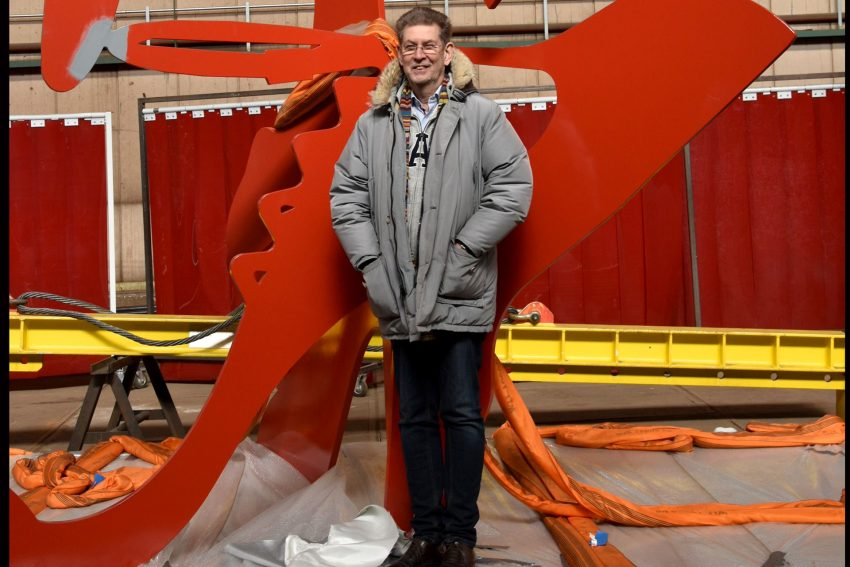 RED HEELS: Der Künstler Heiner Mayer vor seinem großen Stück Kunst, den Reed Heels, die vor der Ludwiggalerie im Schloss Oberhausen stehen. - Umsonst und draußen.