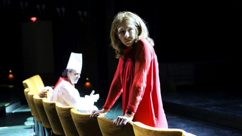 """Am 9. Januar 2021 um 19.30 Uhr streamt das Schauspielhaus Bochum Elias Canettis """"Die Befristeten"""", im Bild Stefan Hunstein und Elsie de Brauw."""