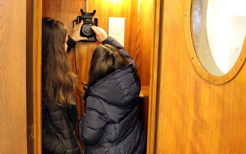 In der Telefonzelle im Heimatmuseum.