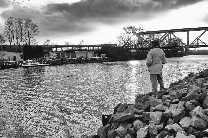 Ein Winterangler am Rhein-Herne-Kanal.