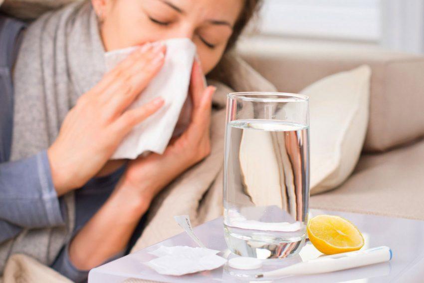 Erkältungsviren werden beim Niesen mit hoher Geschwindigkeit durch die Luft geschleudert.