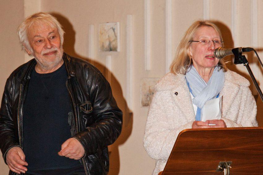 Pfarrer i.R. Hans-Jürgen Jaworski und Initiator der Aktion Kunstsitzen 2 übergab der Leiterin der Ehe- und Lebensberatungsstelle des Diakonischen Werkes im Kirchenkreis 2.000 Euro.