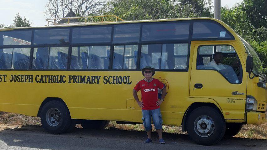 Der Herner Michael Winking hilft ehrenamtlich in Kenia als Pate von Vollwaisen und Geschäftsführer einer Schule. Bild: Winking vor dem neuen Schulbus samt Fahrer