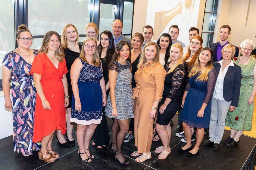 Die Absolventen der Krankenpflegeschule der St. Elisabeth Gruppe mit ihren Dozenten.