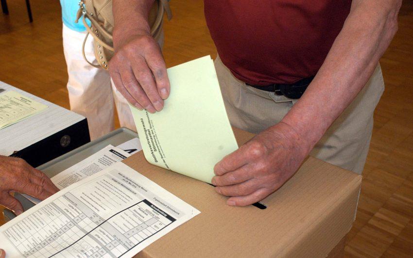 Europa- und Kommunalwahl am 25. Mai 2014 im Wahllokal in der Gemeinde St. Barbara in Elpeshof.
