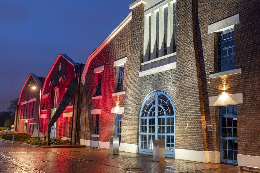 Mit dem Einbruch der Dunkelheit wird der Skulpturenpark an den Flottmannhallen in Herne (NW) beleuchtet. LED-Strahler, die von den Stadtwerken Herne installiert wurden, strahlen auf dem weitläufigen Gelände die Kunstwerke an. Aufnahme vom Montag (21.12.2020).