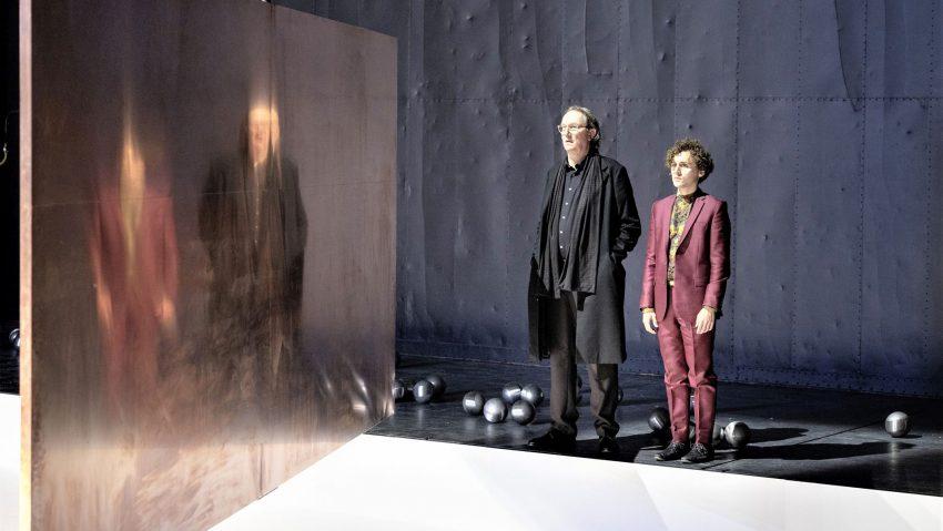"""Bernd Rademacher, hier links als Polonius im """"Hamlet"""" neben Dominik Dos-Reis, spielt in Sibylle Bergs """"Viel gut essen""""."""