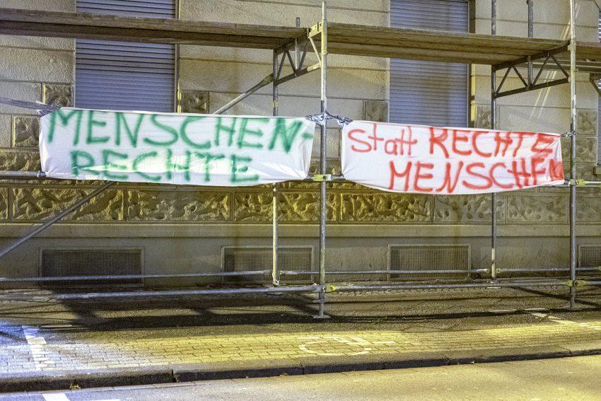 Demonstration gegen den erneuten Aufmarsch der Rechtsextremen in Herne (NW), am Dienstag (10.12.2019). Nach dem Open-Air Gottesdienst am Europaplatz zog das Bündnis Herne mit einer Tanzdemo, unter dem Motto