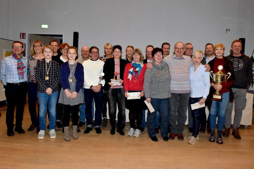 RSG-Vorsitzender Klaus Spiekermann (l.) mit den Siegerinnen und Siegern sowie den Platzierten der Saison 2019.