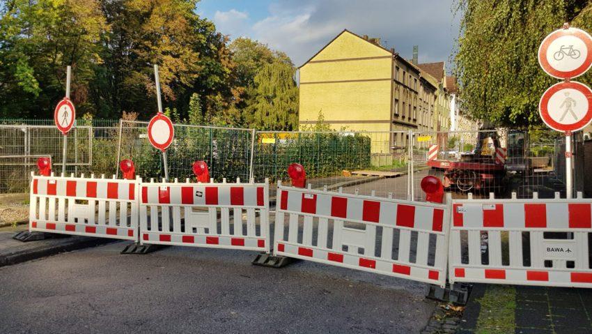 Emschergenossenschaft erneuert ihre Brücke über den Dorneburger Mühlenbach an der Baltzstraße.
