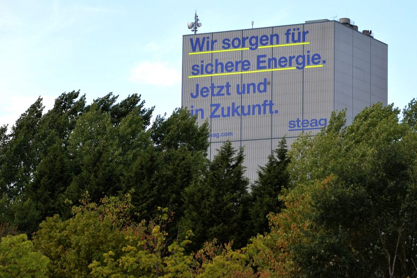 Eigenwerbung am Kesselhaus der Steag in Baukau. Deutschlands größter Werbetafel.