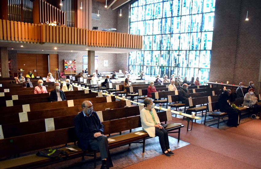 Wer am gestrigen Sonntag den Gottesdienst in der Dreifaltigkeitskirche am Regenkamp mitfeiern wollte, bekam einen Sitzplatz im Kirchenraum mit grünem Punkt und Kerzenlicht.