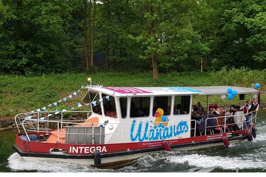 Das Schiff 'Integra' des gleichnamigen Vereins weißt auf die Gefahren im und am Kanal hin.