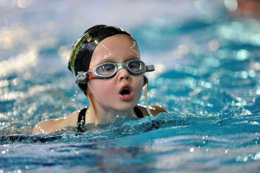 Intensiv-Schwimm-Kursus für Kinder.