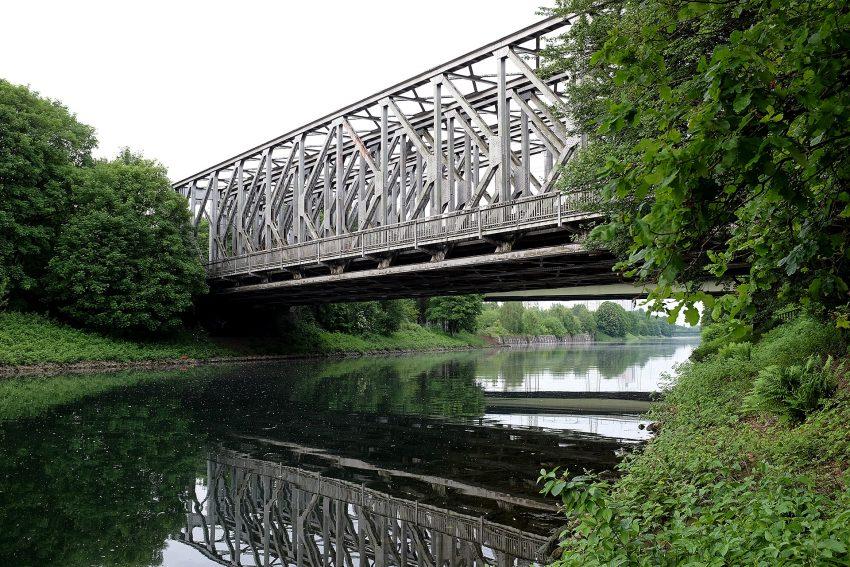 Eisenbahnbrücke über dem Rhein-Herne-Kanal.